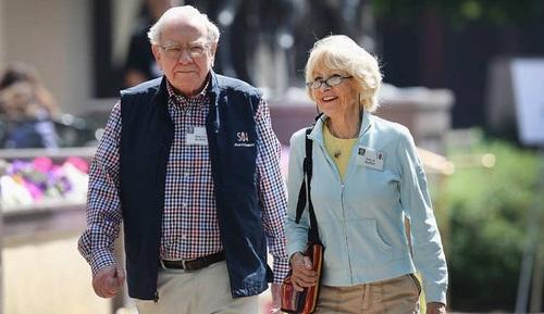 وارن بوفِت و استرید مینکس:  ثروت این بوفِت و همسر دومش استرید مینکس که سال 2006 دو سال پس از مرگ همسر اولش با او ازدواج کرد، حدود 56 میلیارد لار برآورد می شود.