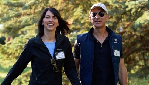 جِف و مَکنزی پیزوس:  بنیانگذار سایت «آمازون» جِف پیزوس و همسرش مکنزی، در رتبه هفتم ثروتمندرین زوج های جهان قرار دارند. ارزش ثروت آن ها حدود 39.8 میلیارد دلار برآورد می شود.