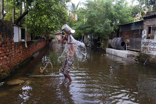 حمام در سیلاب شهر کلکته هند
