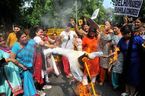 آتش زدن آدمک نارندرا مودی نخست وزیر هند از سوی زنان معترض در شهر دهلی نو