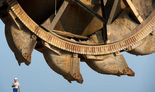 بیل مکانیکی 3 هزار تنی در حال کار در معدن – آلمان