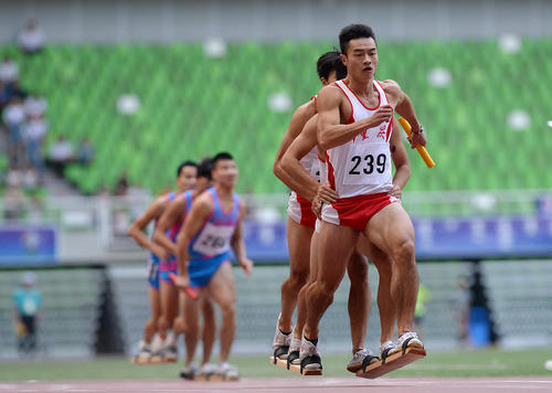 مسابقه دو روی تخته در بازی های سالانه سنتی مغول های چین