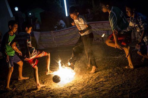 کودکان اندونزیایی در حال فوتبال محلی
