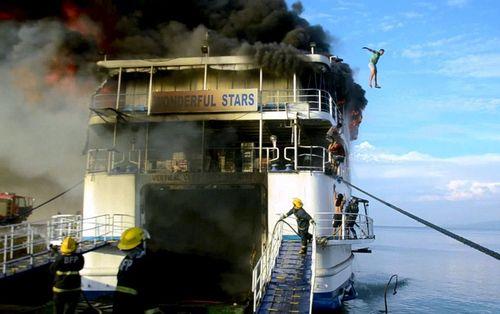 پریدن از یک کشتی فیلیپینی آتش گرفته