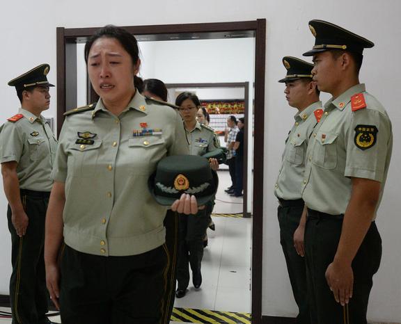 گریه آتش نشانان چینی در مراسم تشییع همکارانشان که در اثر انفجار مهیب هفته گذشته در شهر تیانجین جان باخته اند