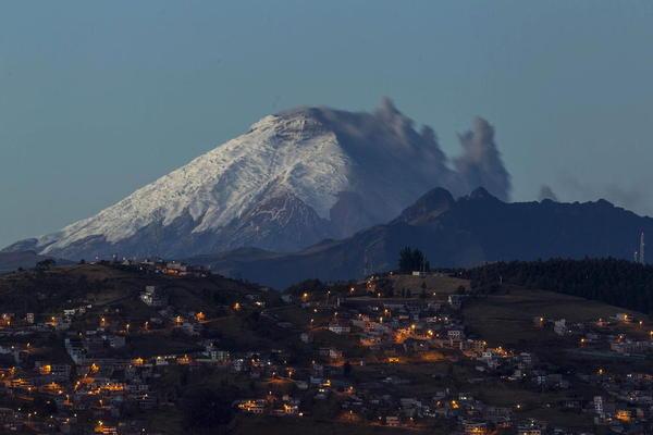 فعالیت یک کوه آتشفشانی در اکوادور