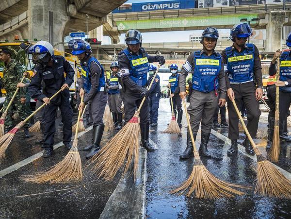 پلیس تایلند در حال شستشوی بقایای انفجار تروریستی اخیر – بانکوک