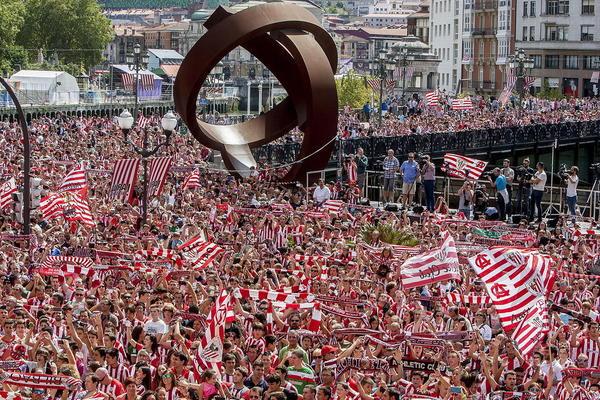 تجمع هواداران تیم فوتبال اتلتیکو بیلبائو در شهر بیلبائو و پس از پیروزی این تیم بر بارسلونا در استقبال از تیم محبوب شان
