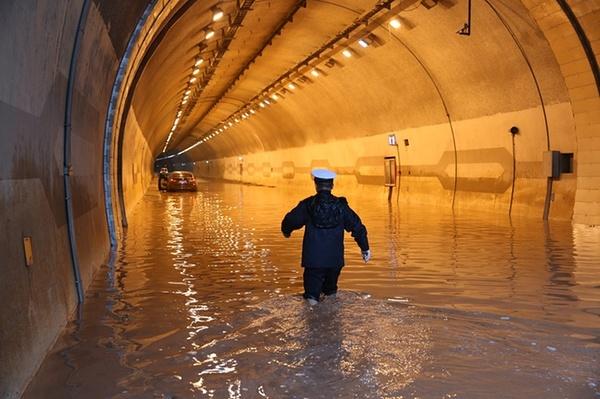 نفوذ سیلاب  داخل یک تونل بزرگراهی در شهر چونگین چین