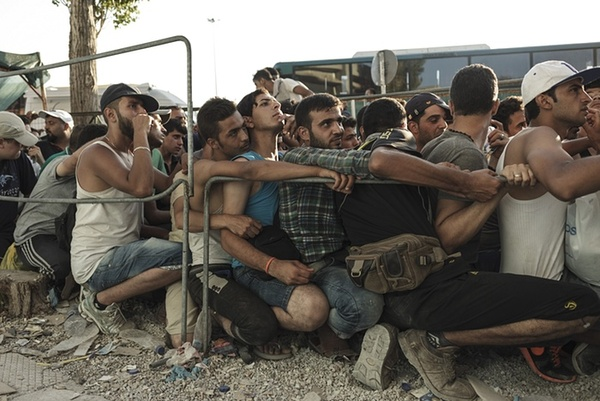 مهاجران آسیایی – سوری- در جزیره لیسبوس یونان در صف ثبت نام برای درخواست پناهجویی