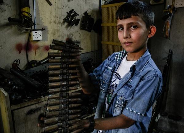 نوجوان 12 ساله عراقی در جبهه پیشمرگه ها و در حال مبارزه با داعش در شمال عراق