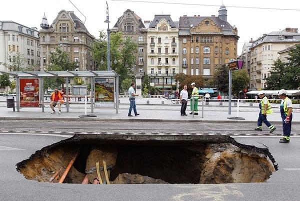 ایجاد یک حفره پس از توفان در خیابانی در شهر بوداپست مجارستان