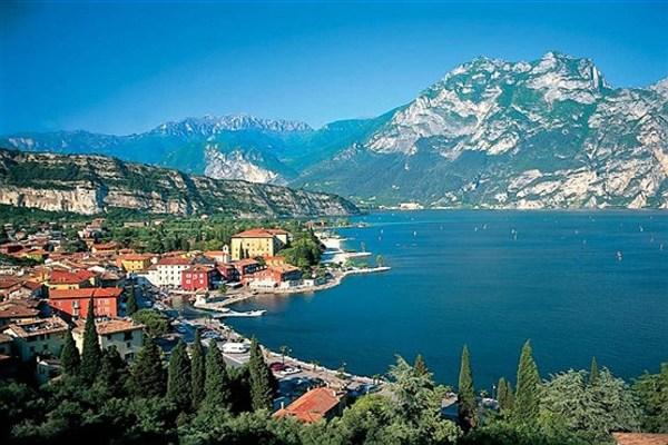 12 - روستای گاردا، در حاشیه دریاچه گاردا در شمال ایتالیا.