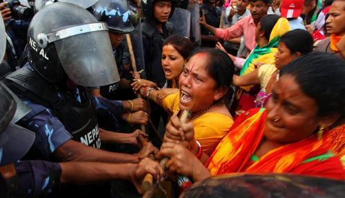 تظاهرات فعالان هندو در شهر کاتماندو نپال در اعتراض به قانون اساسی جدید این کشور