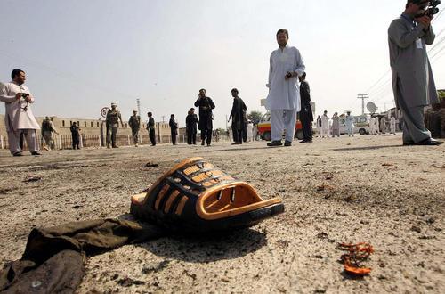 دمپایی یکی ازقربانیان انفجار انتحاری در شهر جمرود در شمال غرب پاکستان