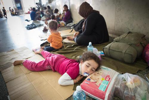 پناهجویان غالبا سوری که به ایستگاه قطار شهر مونیخ آلمان رسیده اند