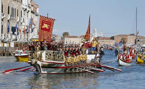 جشنواره سالانه و سنتی قایقرانی در کانال اصلی شهر ونیز ایتالیا