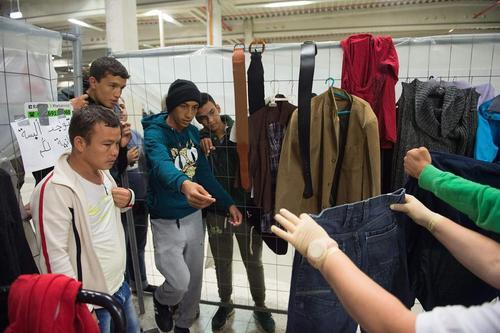 توزیع لباس بین مهاجران آسیایی در شهر سالفلد آلمان