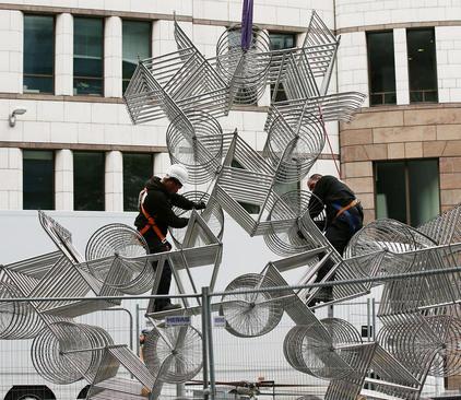 نصب یک اثر هنری از یک هنرمند چینی که از صدها رینگ فلزی لاستیک دوچرخه ساخته شده است- لندن