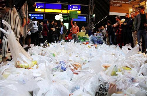 جمع آوری صدها بسته کمک غذایی برای مهاجران آسیایی در ایستگاه قطار شهر فرانکفورت آلمان