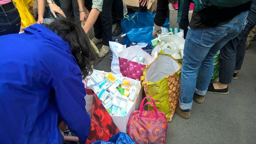 ارائه بسته های غذایی از سوی مردم آلمان به مهاجران خارجی