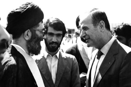گفتگوی حضرت آیتالله خامنهای و مرحوم حافظ اسد در فرودگاه دمشق به هنگام ورود به خاک سوریه