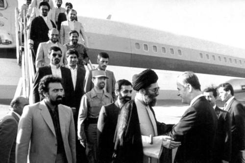 استقبالِ آقای حافظ اسد از حضرت آیتالله خامنهای و هیات همراه در فرودگاه دمشق