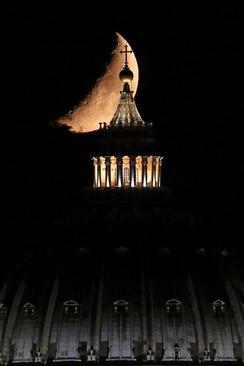 ماه پشت کلیسای جامع شهر رم