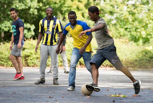 فوتبال بازی پناهجویان در کمپی در ایالت بادن ووتمبرگ آلمان