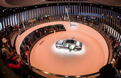 رونمایی از یک خودرو بی ام دبلیو در نمایشگاه خودرو در فرانکفورت آلمان