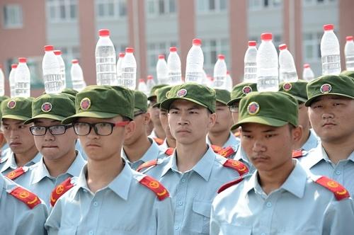 تمرین حفظ تعادل برای کارمندان تازه استخدام شده یک شرکت حمل و نقل هوایی در چین