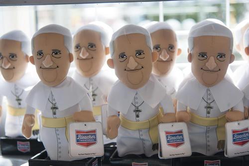 ساخت عروسک های پاپ فرانسیس در آستانه سفر روز چهارشنبه او به آمریکا – فیلادلفیا
