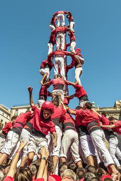 هرم انسانی در جریان یک جشنواره شهری در بارسلونا اسپانیا