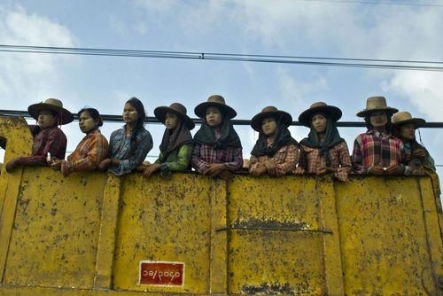 کارگران زن در حومه شهر یانگون میانمار