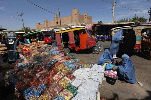 عرضه و فروش شیرینی های سنتی در کنار خیابان در آستانه عید قربان – هرات