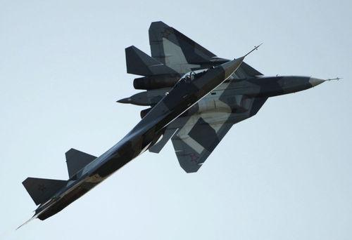 پرواز جنگنده ت -50 در نمایشگاه هوا - فضا در حومه مسکو