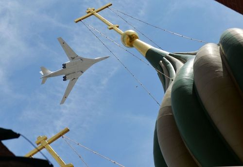 تو-160، به عنوان بمب افکن استراتژیکی زیاده از حد سریع است. این هواپیما می تواند تسلیحات هسته ای و عادی را حمل و نقل کند