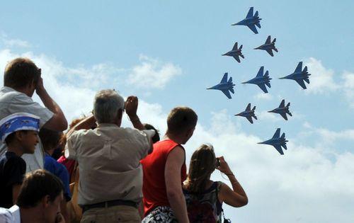 جمعیت در حال تماشای پرواز جنگنده های سو -27 و میگ -29