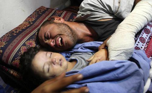 گریه پدر فلسطینی در مراسم تشییع دختر 2 ساله اش که به همراه مادرش در حمله هوایی اسراییل به غزه کشته شده است