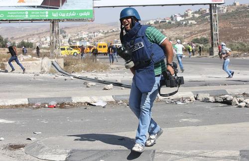 زخمی شدن فیلمبردار فلسطینی در جریان درگیری ها در نابلس بین معترضان فلسطینی و سربازان اسراییل