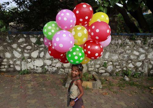 دخترک بادکنک فروش در بمبئی هند