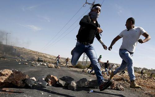 تعقیب و گریز جوانان فلسطینی و سربازان اسراییل – رام الله