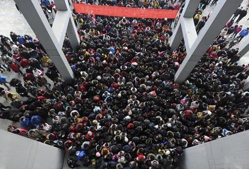 چین با وجودی که پرجمعیت ترین کشور جهان محسوب می شود اما در آخرین گزارشی که در فوریه سال جاری میلادی از سوی  اتحادیه بین المللی جمعیت منتشر شد شهر های چینی در میان 5 کلان شهرهای بزرگ پرجمعیت جهان قرار ندارند.