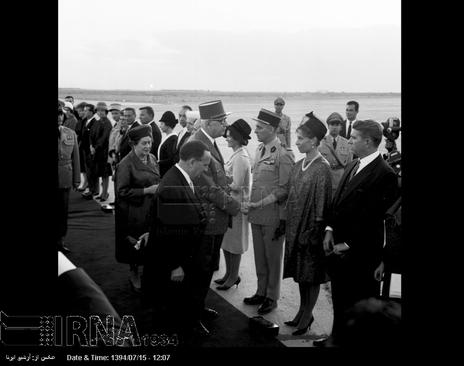 ژنرال دوگل در فرودگاه مهرآباد تهران مورد استقبال رسمی مقامات قرار می گیرد