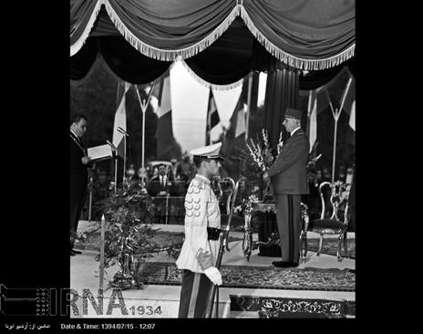 شهردار پایتخت،کلید طلایی شهر تهران را به ژنرال دوگل در جایگاه مخصوص میدان 24 اسفند (میدان انقلاب) اهدا می کند