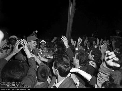 مردم با ژنرال دوگل در میدان ارگ تهران دیدار می کنند