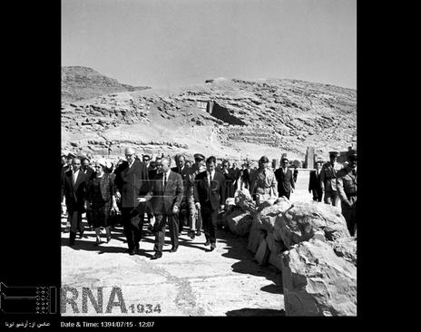 ژنرال دوگل از آثار باستانی تخت جمشید در شیراز بازدید می کند