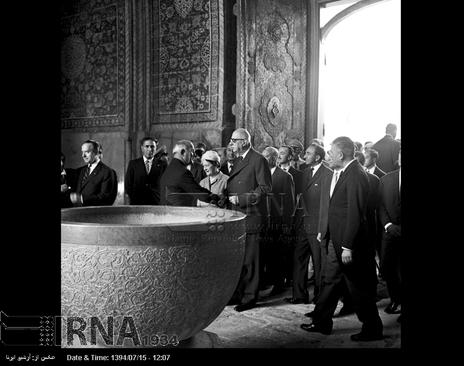 ژنرال دوگل از مسجد جامع اصفهان بازدید می کند
