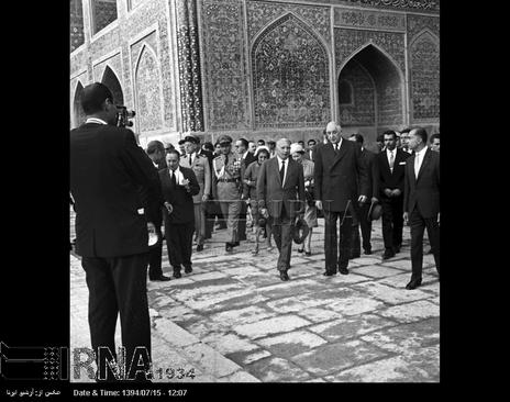 ژنرال دوگل از اماکن دیدنی در شهر اصفهان بازدید می کند