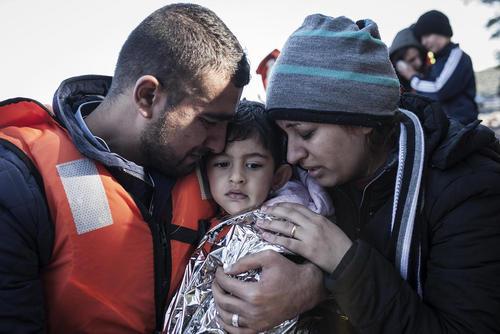 یک خانواده پناهجوی خاورمیانه ای پس از رسیدن به جزیره لسبوس یونان